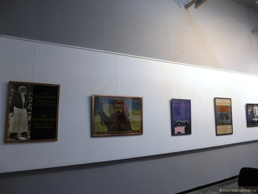 третий зал - афиши выставок картин художника в разное время в разных странах