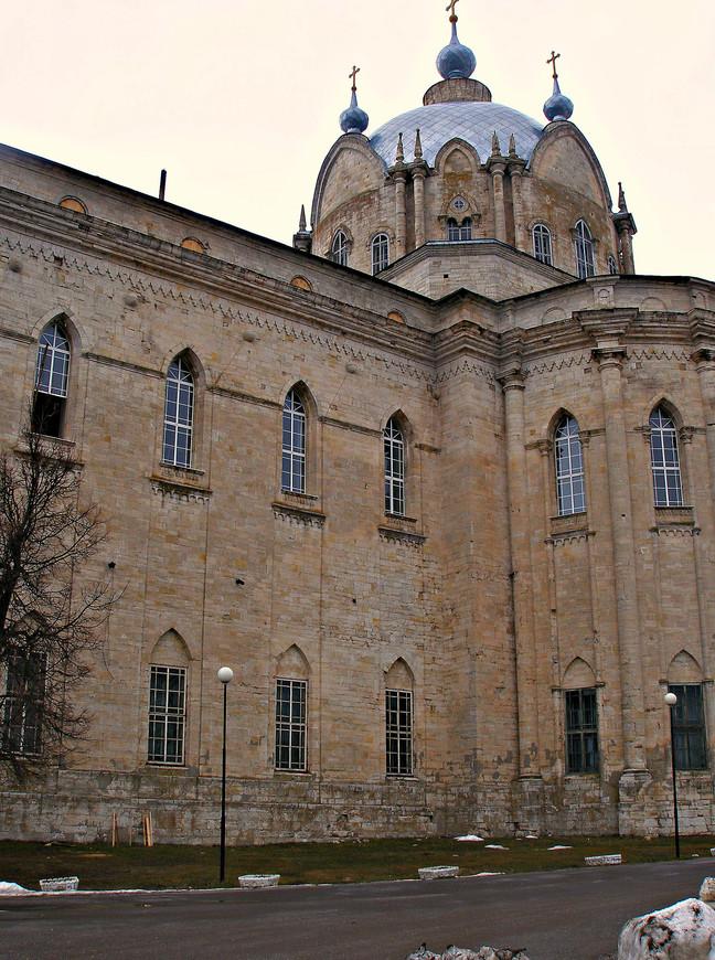 Добавлю, что церковь построена не из кирпича, а из белого камня. К сожалению, внутрь мы попасть не смогли.