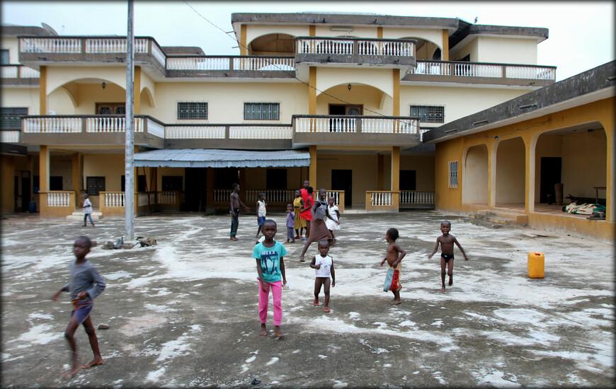 Далее мы поехали посмотреть с улицы на жилой дом короля Абенгуру. Он большой, на фото только фрагмент. С виду просто, но говорят внутри очень богато:)