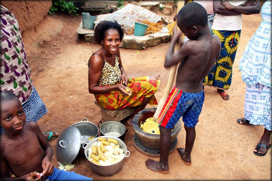Их главные традиционные занятия: обработка золота и металлов, резьба по дереву и ручное земледелие (таро, кукуруза, просо, бананы, масличная пальма, кофе и какао).