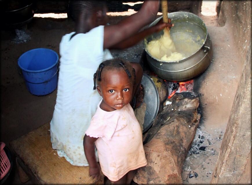 В пищу употребляют каши и варёные корнеплоды, острые приправы, овощи с пальмовым маслом.
