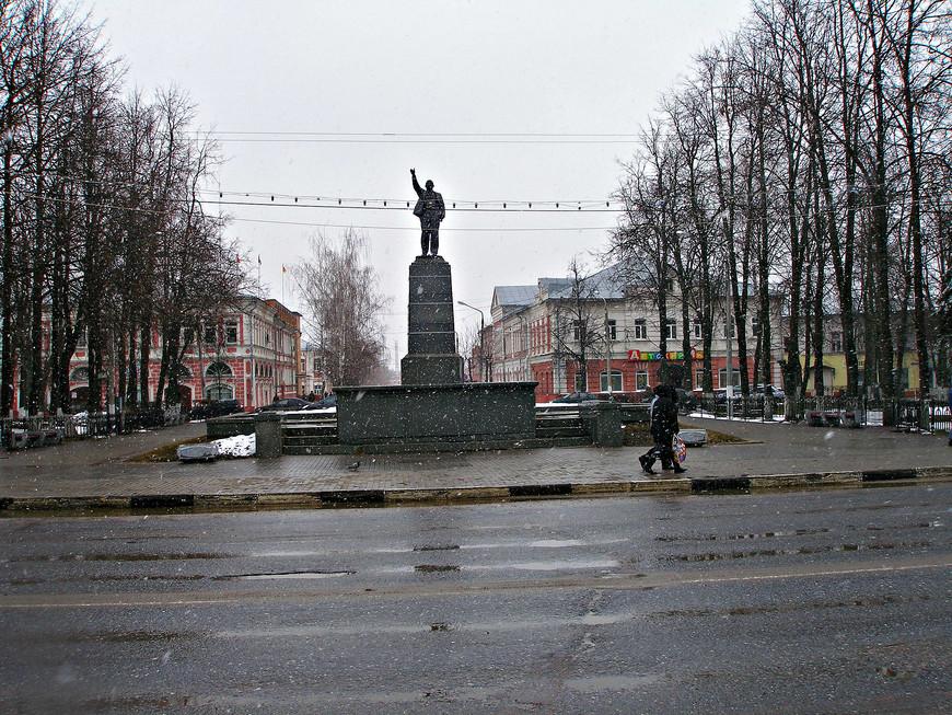 Памятник Ленину был поставлен очень давно - в 1927 году.