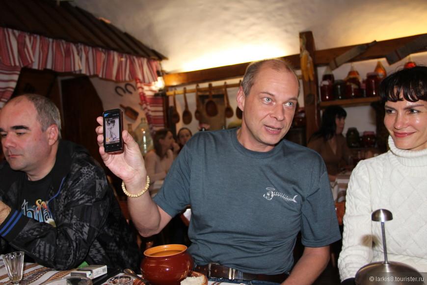 Олег показывает свой новый телефон, и это фото доказывает, что крутость человека определяется не навороченностью его гаджетов, а глубиной и силой его интеллекта!