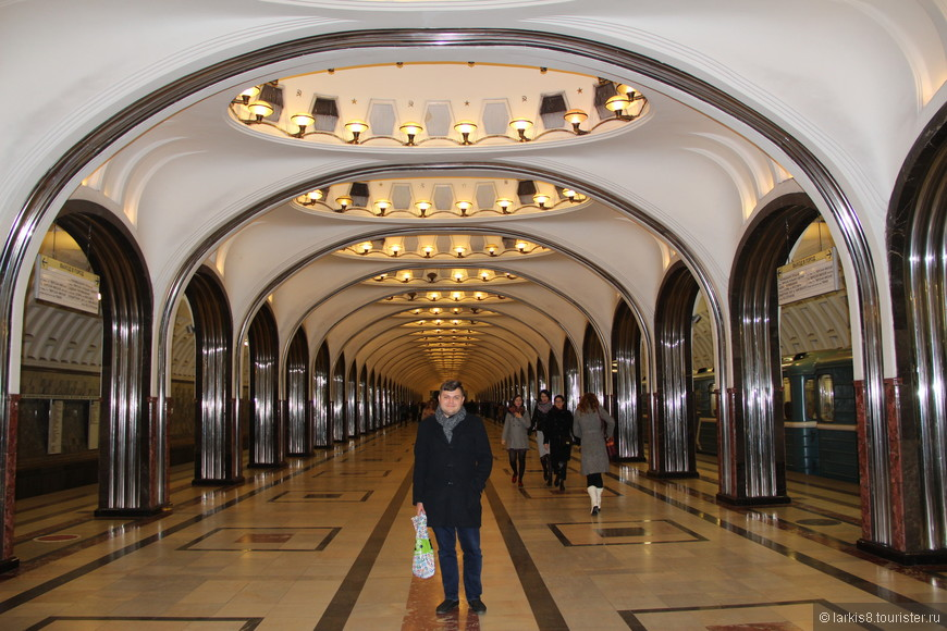 После встречи я повезла Дениса на станцию Маяковская Московского метро. Это - одна из самых красивых и самая моя любимая станция нашего метро. И если в моем восприятии Московское метро - это огромный дворец с многими различными залами-станциями, где есть помпезные залы приемов, уютные гостиные, террасы, то Маяковская в моем воображаемом замке - это бальный зал. Огромная открытая площадь под изящными сводами может стать прекрасным танцполом для кружащихся пар. Но это - только в моих фантазиях...