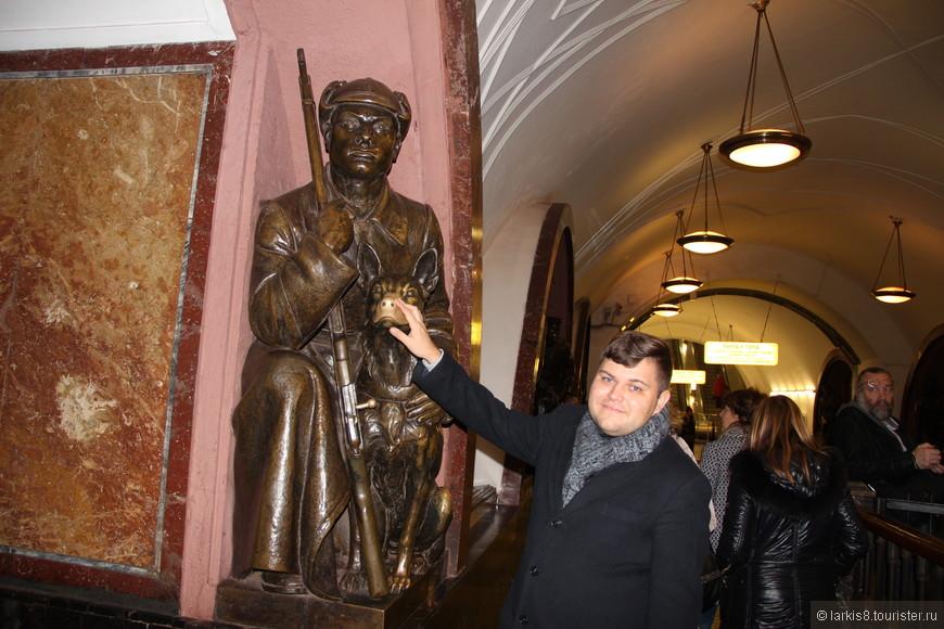 """А на станции """"Площадь Революции"""" я показала Денису собачку, у которой все гладят на счастье мордочку."""