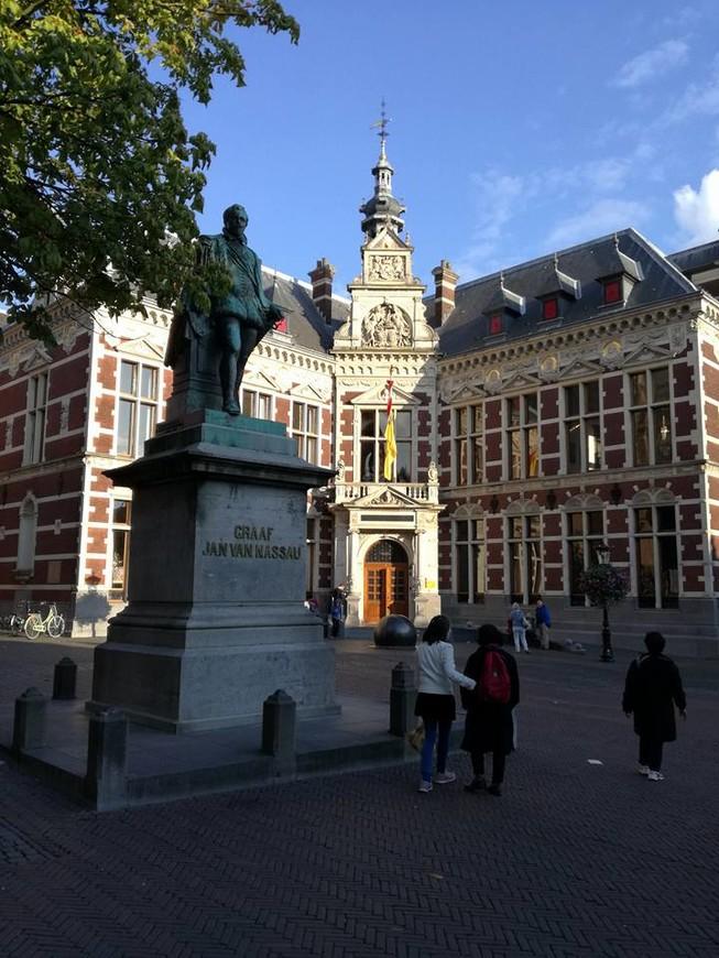 Здание университета, который открылся в Утрехте в 1639 году. Памятник, посвящен Графу Насау, участвовавшему в подписании Утрехтской Унии в 1579 году, памятник открыт в 1883 году.