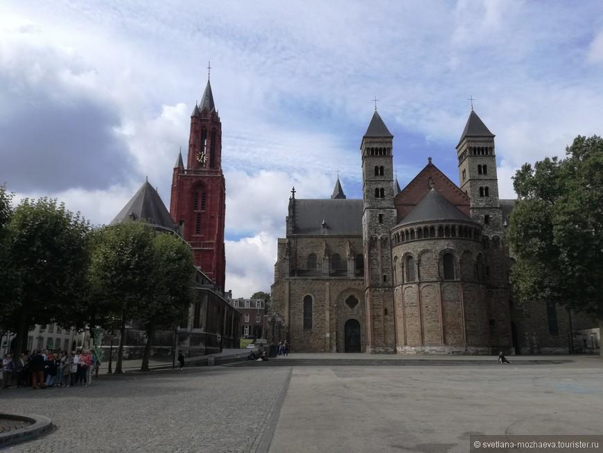 Базилика Св. Сервация. Старейшая церковь в Нидерландах. Колокольня церкви Св Иоана, высота 75 м. На колокольне есть смотровая площадка. Кроме того, в июле на этой площади Фряйхоф (площадь перед церковью)проходят концерты классической музыки Андре Реу.