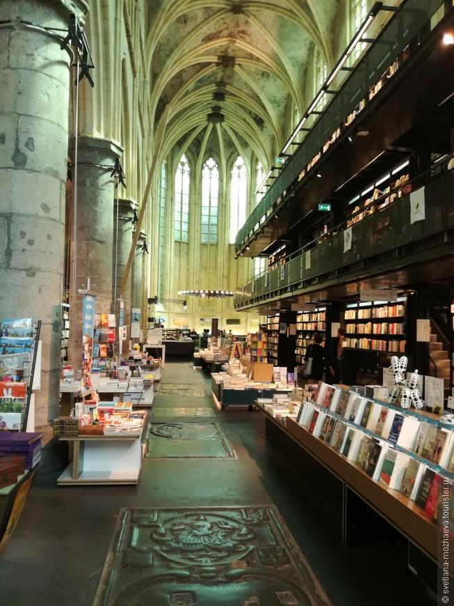 Здание доминиканской церкви, в которой находится книжный магазин с 2006 года.