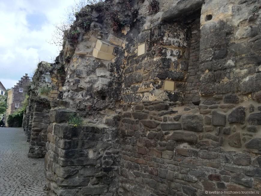 Римские постройки, остатки бастионов и  древнего водопровода.