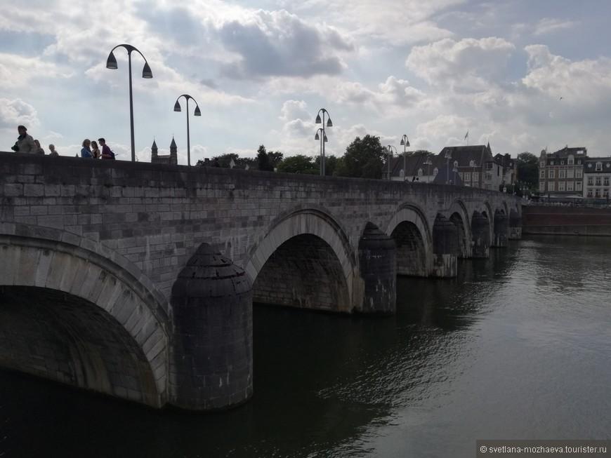 Мост через Маас, построен в 1280 году, носит имя Св. Сервация.