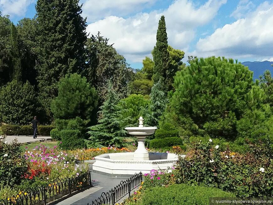 И наконец парк. Он начинается почти у самых стен дворца. На большом партере перед дворцом были высажены тысячи роз, которые так любили владельцы. Но парк – это не только растения, но и парковая архитектура. Например этот итальянский фонтан в центре большой цветущей клумбы.