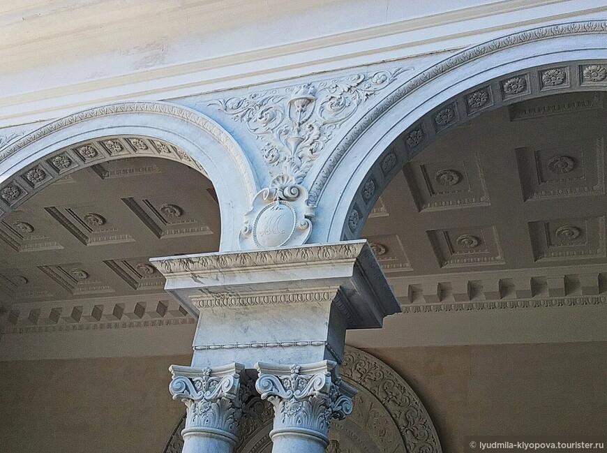 При входе во дворец располагается портик с тремя арками, опирающимися на спаренные колонны. В медальонах высечены вензеля с инициалами членов царской семьи, здесь – Николая Александровича.