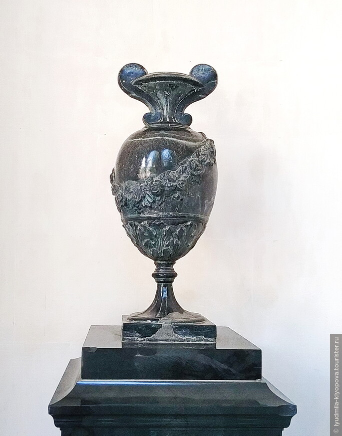 Хотелось внимательнее рассмотреть мраморные вазы у входа. Великолепная форма!