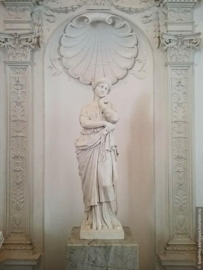 Украшением Белого зала стала скульптура Пенелопы, установленная в нише на восточной стене. Автор этой работы – немецкий скульптор Фридрих Бруггер. Статуя, подаренная императрице Марии Александровне, супруге Александра II, жителями Одессы, была перенесена сюда из разобранного Большого дворца.