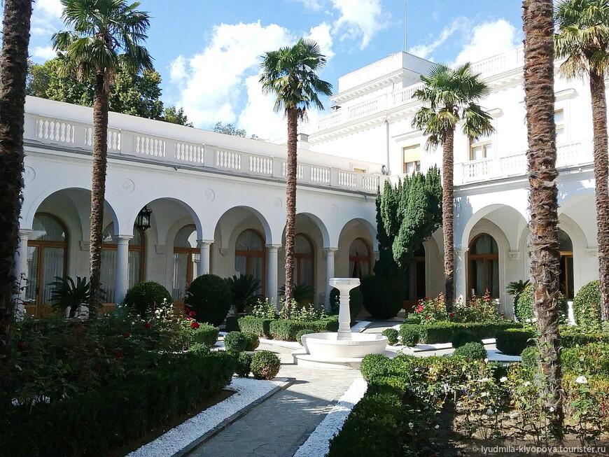 И вот наконец чудо чудное Ливадийского дворца, скрытое от посторонних глаз, – итальянский дворик.