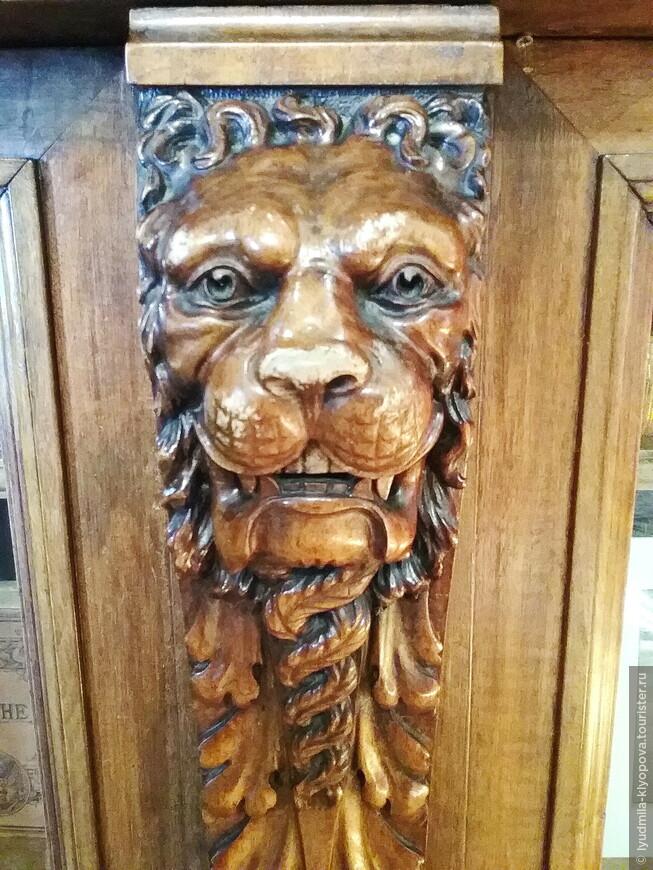 Деревянная резьба на этой мебели настолько искусна, что взгляд льва кажется живым.