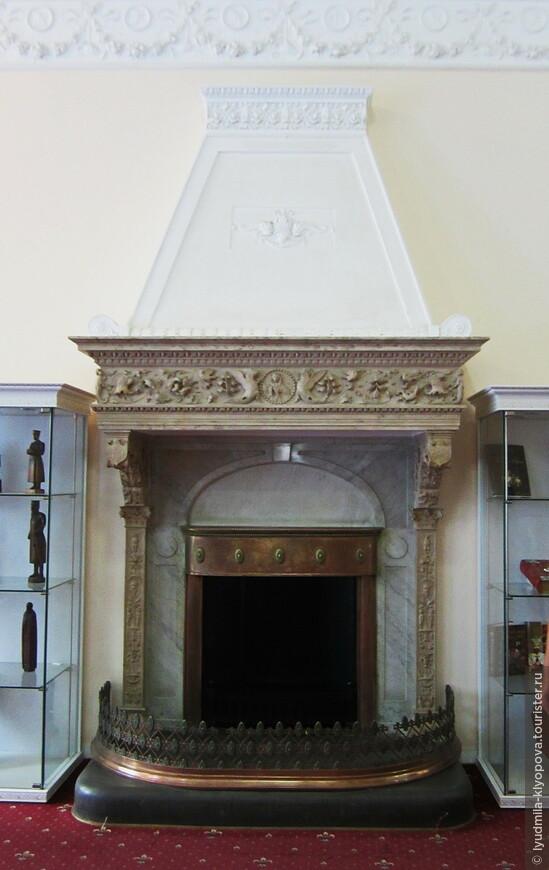 Оформление каждого парадного помещения дополняют камины. Для каминов подбирался материал, цвет и фактура которого соответствовали характеру всей декоративной отделки комнаты. В данном случае лепнина (см. предыдущую фотографию) и камин – элементы декора  вестибюля.