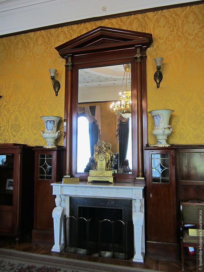 Однако далее в оформлении интерьеров  архитектор отходит от строгого следования стилю Ренессанса. Например, в парадном кабинете императора –  стиль Жакоб—разновидность ампира,позднего классицизма. Красное дерево в обрамлении дверей, зеркала, дивана, оттенённое бронзовыми прокладками и розеттами, прекрасно сочетается с золотистой шёлковой тканью, которой затянуты стены над панелями. В таком же стиле оформлен и беломраморный камин (он когда-то украшал интерьер старого дворца). Верхняя плита с красивым растительным орнаментом опирается на колонны в виде герм (четырёхранных столбиков с головой Гермеса на их вершинах).