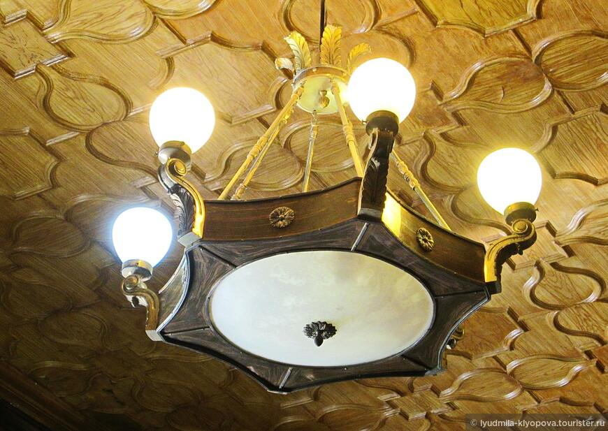 Да-да, именно росписью, потому что потолок не деревянный, он сделан из прессованного картона и расписан масляными красками под дерево. Рельефы потолка воспроизводят конструкции готических перекрытий в виде нервюр.