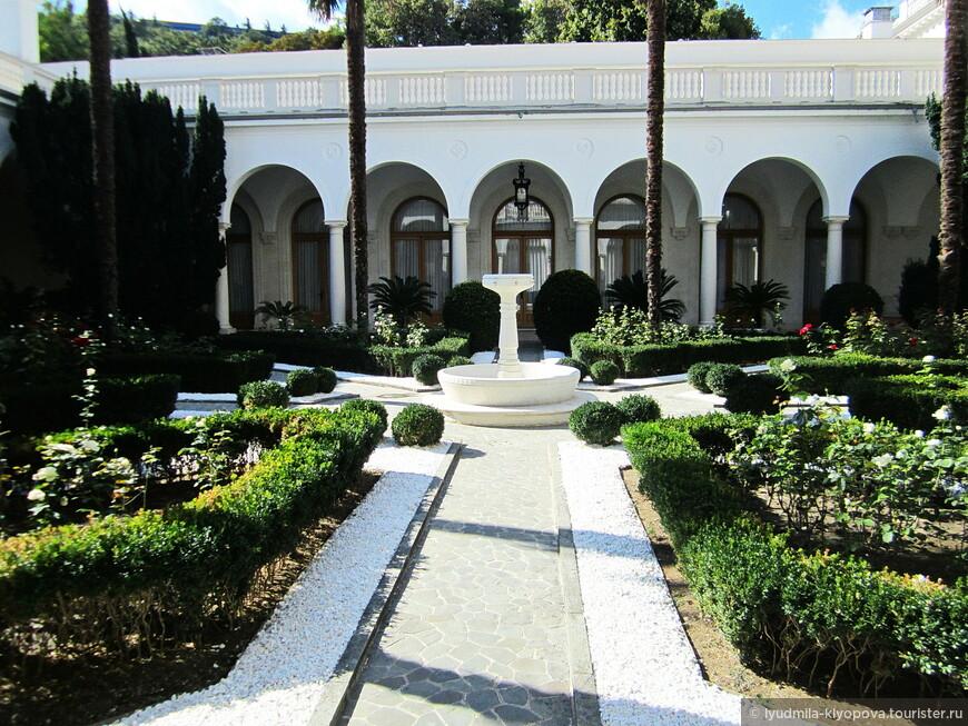 Восемь дорожек, выложенных из диоритовых плит, ведут в центр дворика – к фонтану. На месте этого фонтана до середины прошлого века был античный колодец.