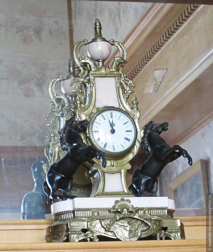 Эти часы явно в классическом стиле, но не выглядят чужеродно среди вещей эпохи модерна.