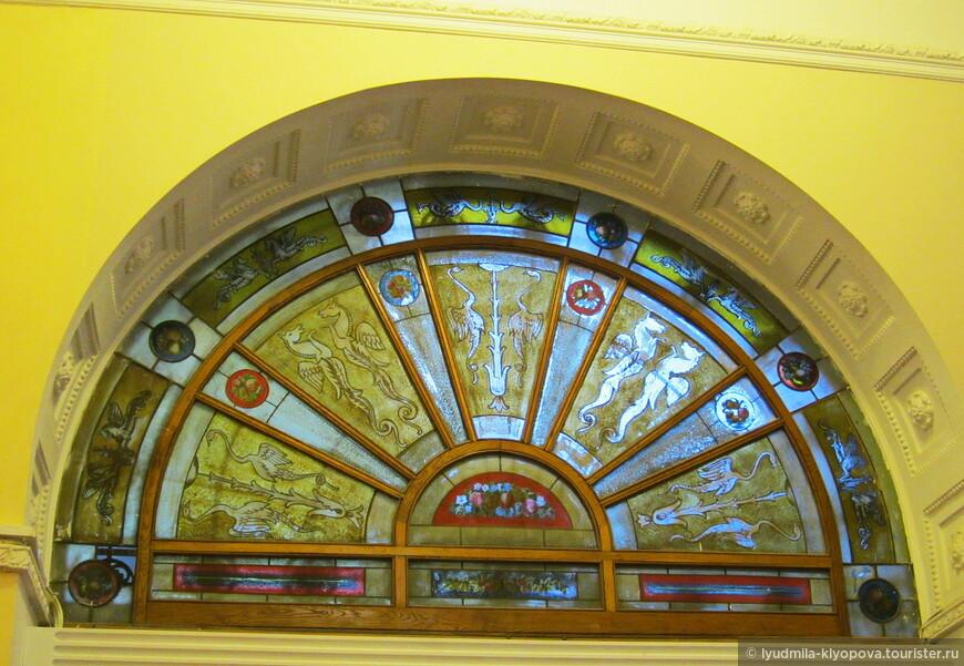 Личные покои царской семьи располагались на втором этаже. Оформление жилых помещений выполняли  петербургские, московские и крымские предприятия, фабрики, мастерские. Здесь иной композиционный строй интерьеров, выдержанный в основном в стиле модерн. Для отделки Краснов широко использовал выпуклое стекло, заполняющее мелкую решётку оконных переплётов и дверей, кованый металл, дерево, натуральный камень и новые отделочные материалы—майолику, изразцы, облицовочные плитки. Несколько витражей расположены над дверными проёмами, и все разные.