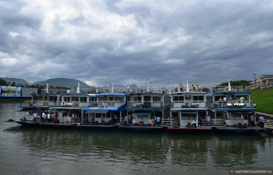 Вот на таких корабликах в 9-30 утра мы стартовали от набережной Гуйлиня в сторону небольшого городка Яншо.