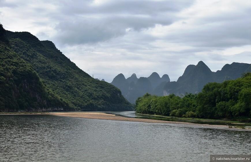 На протяжении всей нашей прогулки река постоянно извивалась, держа нас в неведении перед очередным виражом.