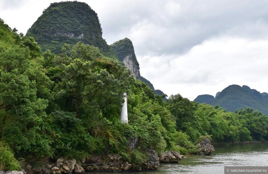 Такие маяки можно увидеть вдоль береговой линии реки многократно.