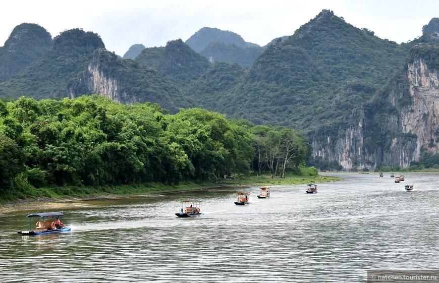 Пловцы, бороздящие просторы реки Ли (сокращенное название) в окрестностях Гуйлиня.