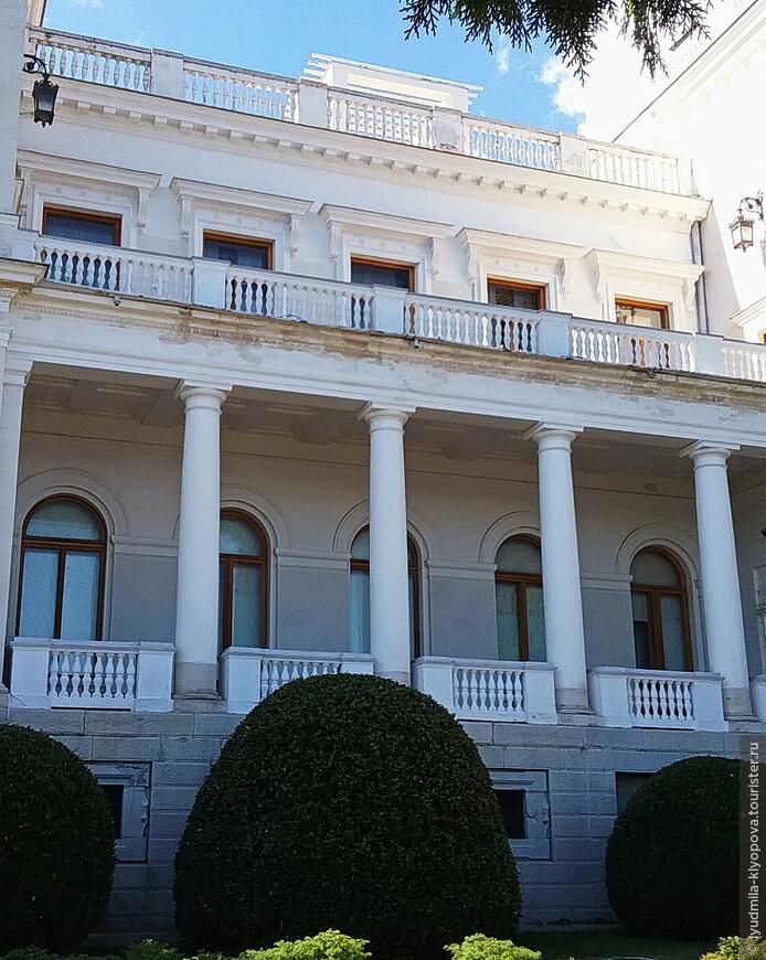 Мраморные колонны, пилястры, рельефные украшения вытачивали итальянские мастера, но вместе с ними работал и русский резчик В. Созин.