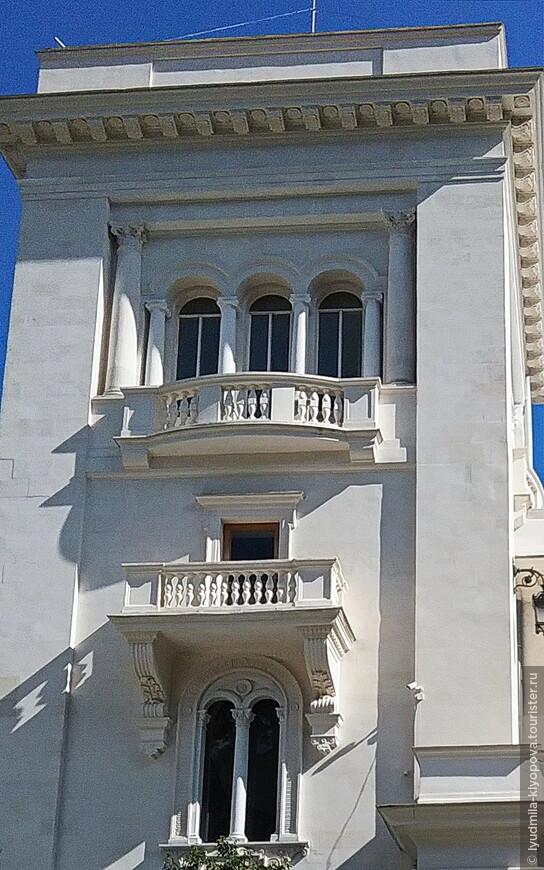 Архитектор выбрал для дворца стиль итальянского Возрождения, для которого характерны террасы и балконы, открытые галереи, выступающие эркеры и большие окна с арочным завершением. Есть ещё масса интересных деталей, о которых речь впереди.