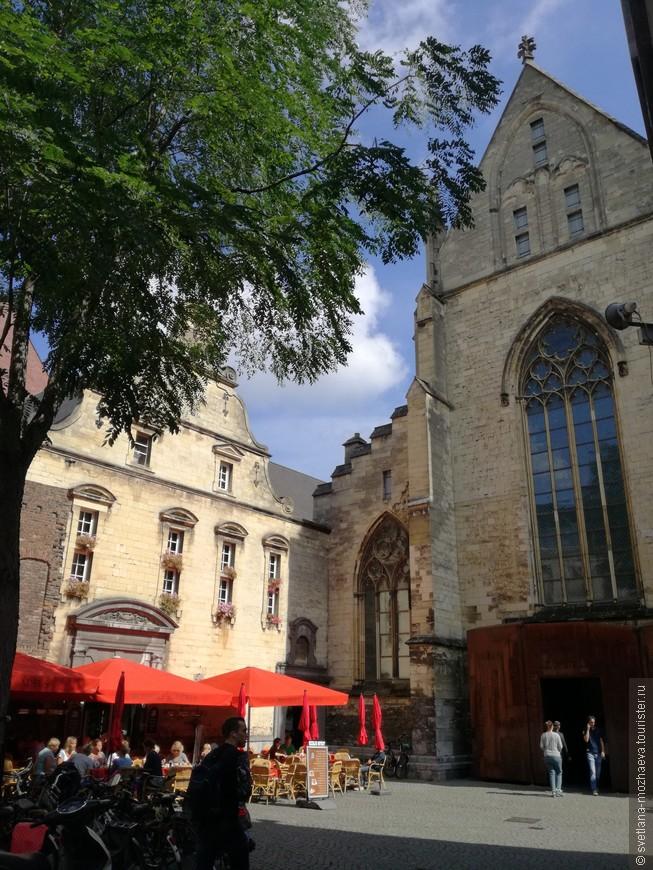 Доминиканская церковь (возраст 700 лет), вид с улицы. ни что не предвещает, что это книжный магазин) идем внутрь..