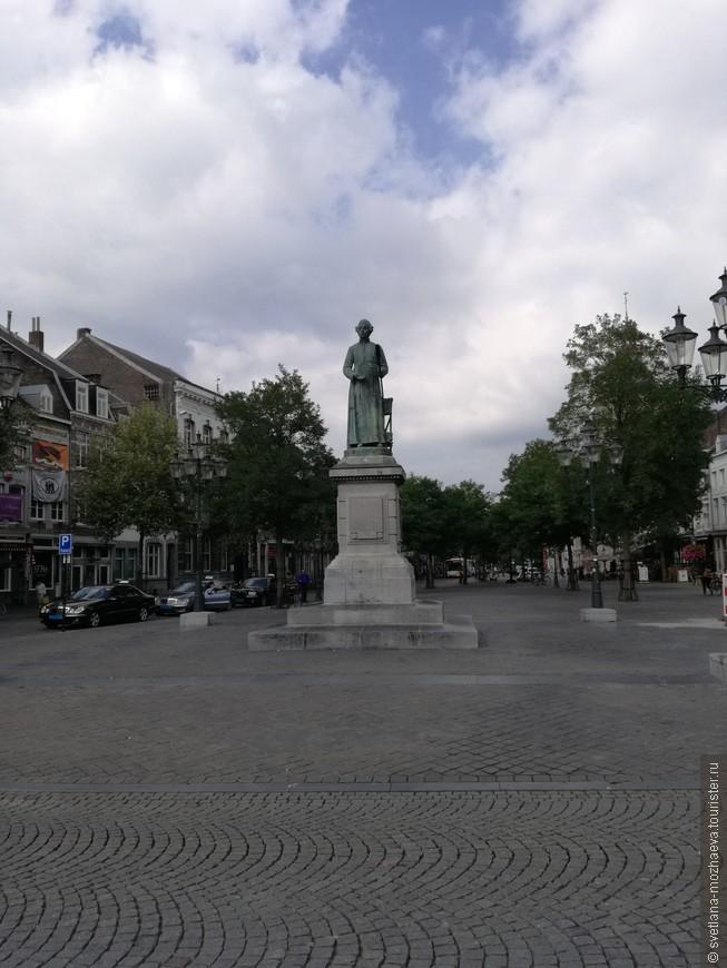 На Рыночной площади стоит памятник изобретателю газовой горелки и газового светильника Яну-Питеру Минкелерсу.
