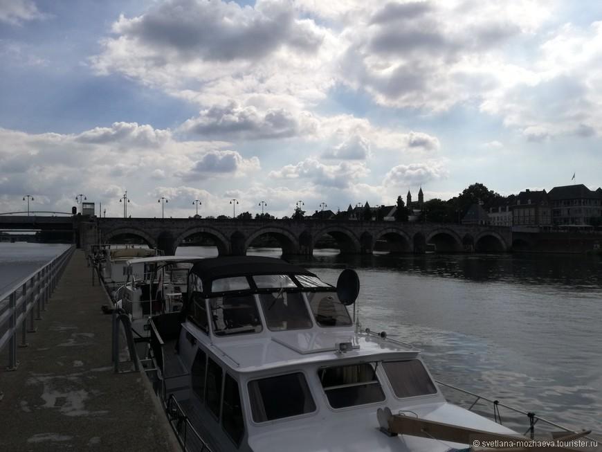 Тот же мост и тот же Маас. Левая часть моста поднимается, для прохода кораблей, а правая стоит неизменно с 1280 года.