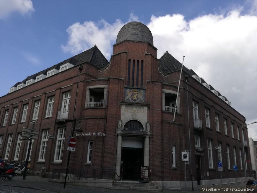 """Здание почты, традиционно в этой стилистике """"Амстердамская школа архитектуры"""" построены многие общественные здания в Голландии."""