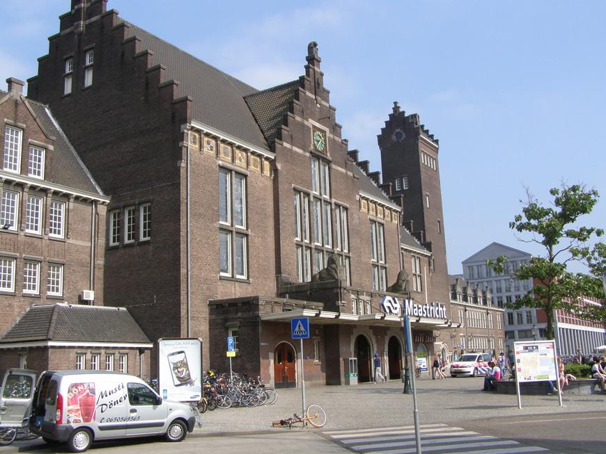 Железнодорожный вокзал. Расположен недалеко от старой исторической части города.