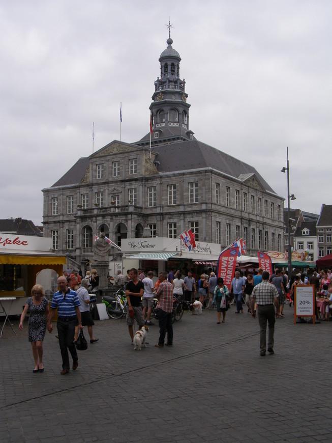 Здание ратуши, как обычно на рыночной площади. А там, где рыночная площадь, там и торговые палатки по субботам)