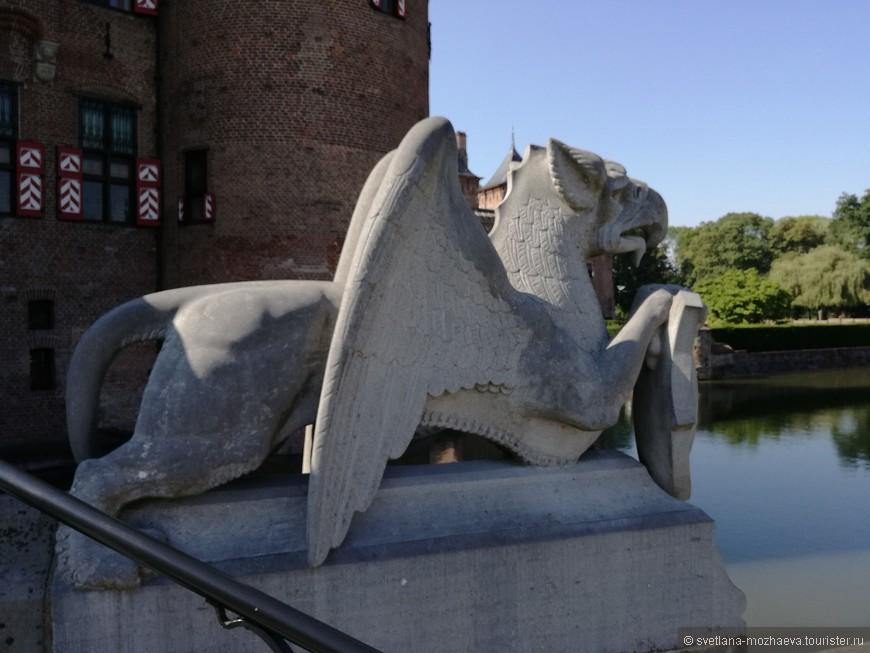 Элементы декора, характерные для стиля неоготика, в котором построен Замок Де Хаар.