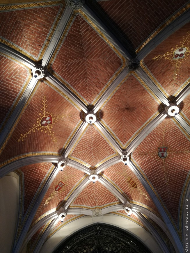 """Практически в каждом элементе декора мы видим гербы семьи Барона ван Заулен: """"столбики"""" и """"окна""""."""