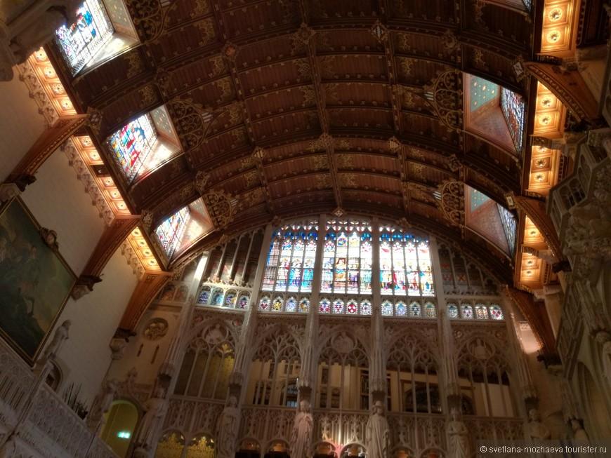 Главный зал, высота потолка 1 метров. Готический зал или лобби современного отеля? Декор изумляет!