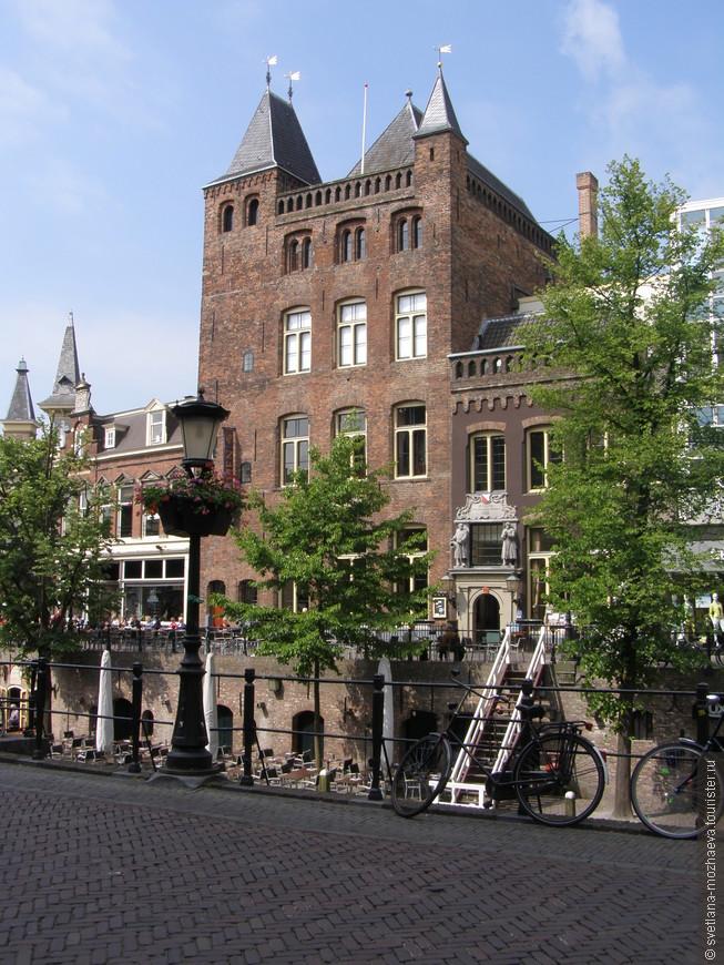 Старый замок Айдаен (1276 г.) в черте города, расположен на Аудеграхт (старом канале), сейчас в нем кафе и место развлечений молодежи.
