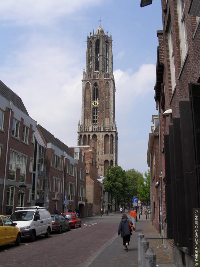 Дом - колокольня, видна из каждой точки города.