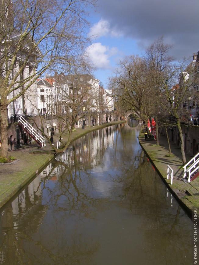 Каналы в Утрехте в два этажа, внизу террасы, место разгрузки товаров в былые времена, верхняя часть жилая.