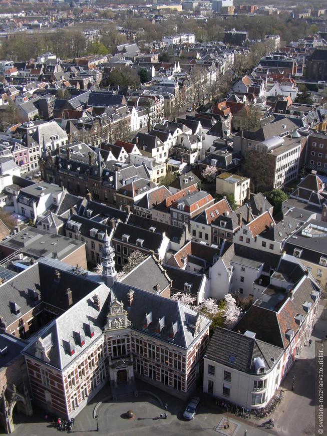 Вид в верхней точки на колокольне на здание университета.