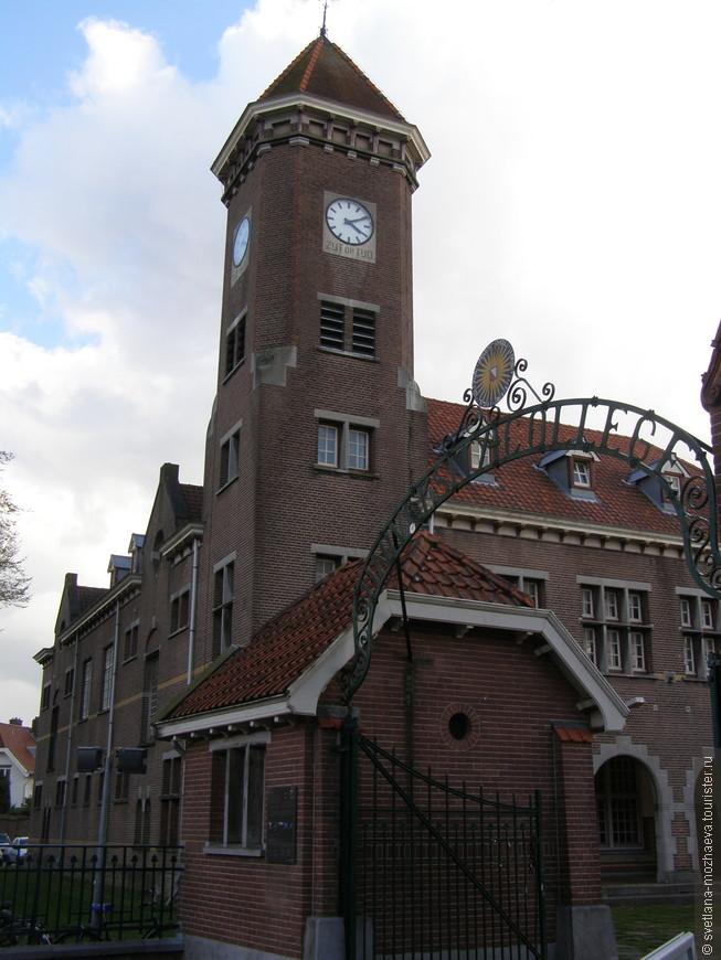 Здание Университета, и кампус - университетский городок, где расположены учебные и жилые корпуса для студентов.