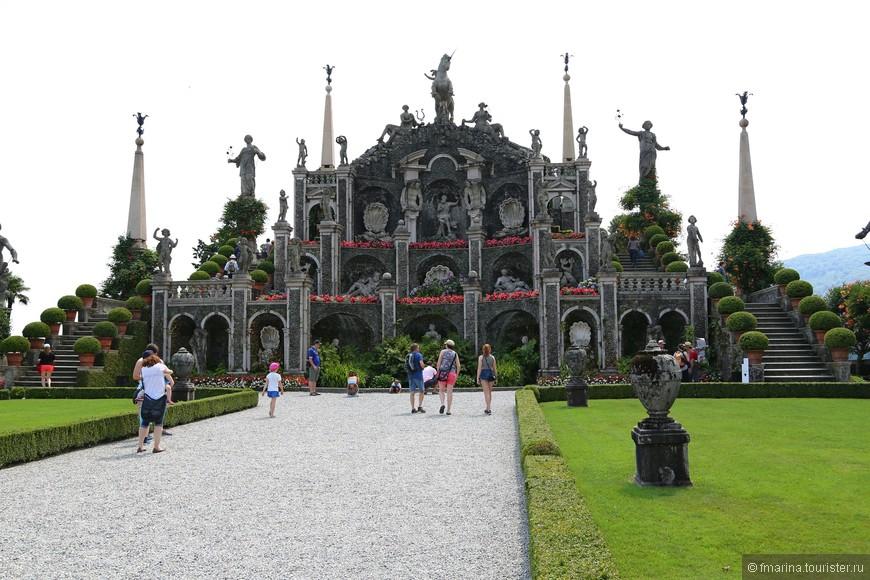Создание ландшафтного парка в стиле классического барокко Карло III поручил архитектору Анджело Кривелли. По стилю барокко сад должен представлять из себя сцену, в центре которой находится человек. Именно поэтому Кривелли начинает строительство парка с возведения платформы с 10 террасами, плавно спускающимися к озеру. Первые из этих террас с  были закончены к 1634 году, разбиты первые цветники, высажены кипарисы и цитрусовые деревья. В 1651 году Карло III умирает, и на какое-то время работы приостанавливаются из-за вспышки бубонной чумы. Строительство сада продолжают сыновья Карло и Изабеллы - Виталиано VI представляет проект преобразования и достройки парка и дворца своему брату кардиналу Джильберто II, который так же принимает в этом активное участие.  Дальнейшими преобразованиями в парке занимаются архитектор Франческо Кастелли и скульптор  Карло Симонетта. Он изготовил и установил для парка 52 скульптуры, к этому моменту в парке сложилось уже четкое распределение на определенные участки, называемые Театрами- это Театр Массимо, Театр Геркулеса, Театр Комедий и Театр Фонтанов. Прямо перед нами Театр Массимо.