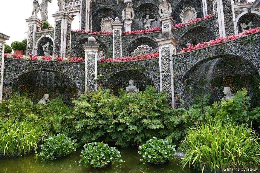 В нижнем ярусе установлена скульптура Дианы и две нимфы с фонтанами по бокам.