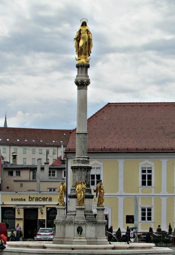 Богородица в окружении четырех ангелов.