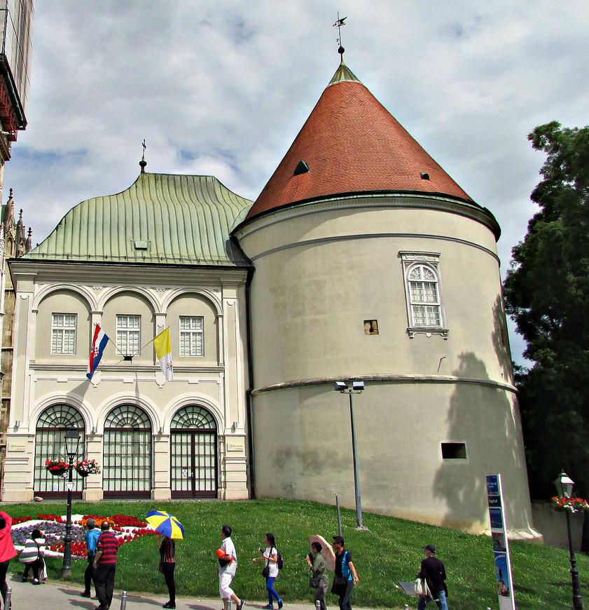 Собор, дворец епископа и крепостная башня.